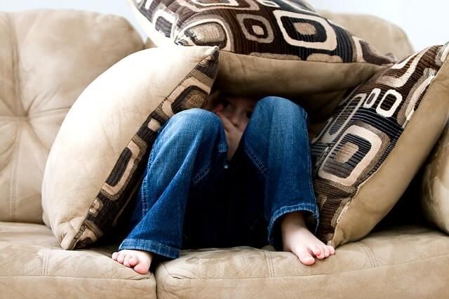 ソファに座る少年