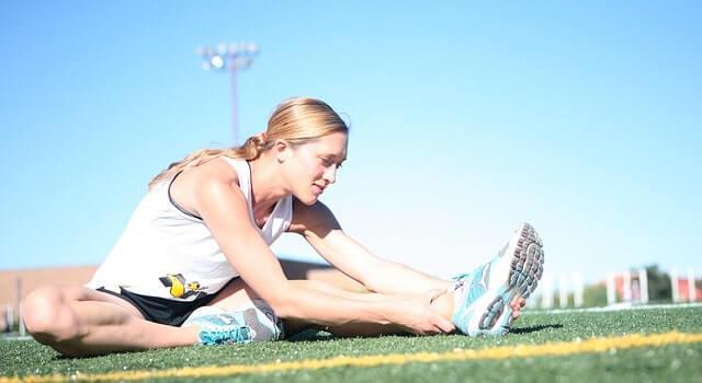外で柔軟体操をする女性