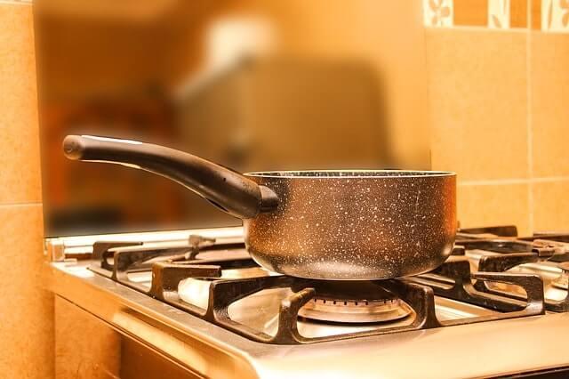 コンロで湯を沸かしている
