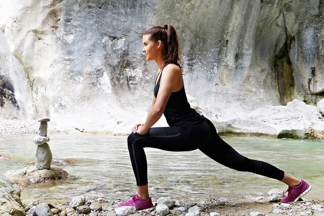 アキレス腱を伸ばす女性