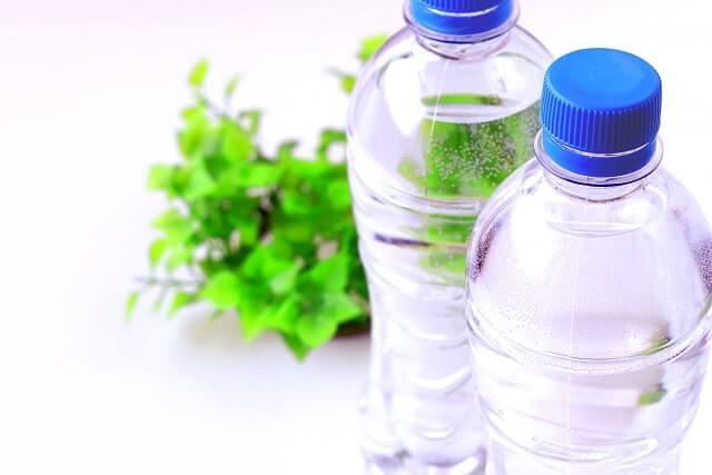 水のペットボトル2本