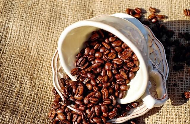 散乱したコーヒー豆