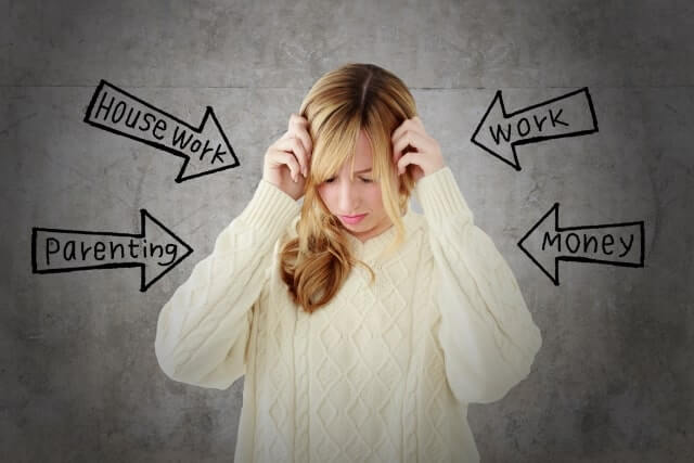仕事でストレスを抱える女性