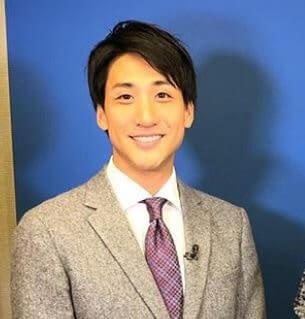 背広姿の日本テレビアナウンサー