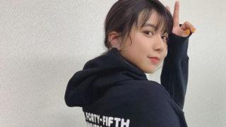 黒のパーカーを着ている女優・上白石萌歌