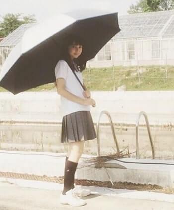 傘を差す女優・上白石萌歌