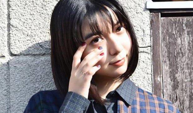 髪の毛をいじる女優・上白石萌歌