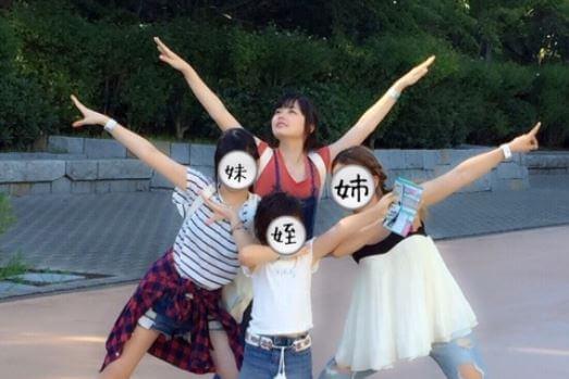 ポーズして写真撮影する4人の女性