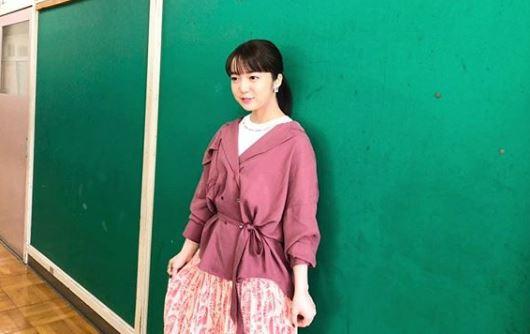 壁にもたれ掛かっている女優・上白石萌音
