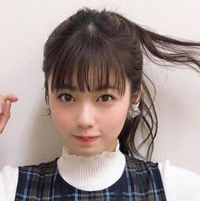 後ろ髪をさわる女優・小芝風花