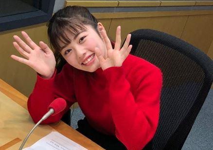 ラジオスタジオにいる女優・小芝風花