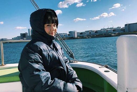 船上でダウンを着ている女優・上白石萌音