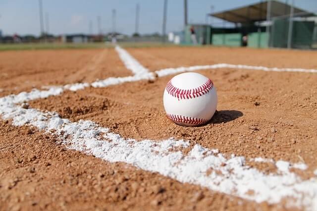 バッタースタンドに置かれた野球ボール