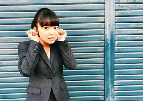 レディーススーツ姿の女優・上白石萌音