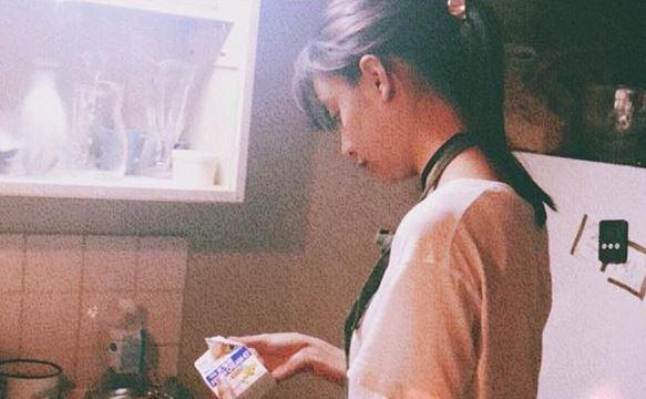 キッチンで料理を作るモデル・山本美月