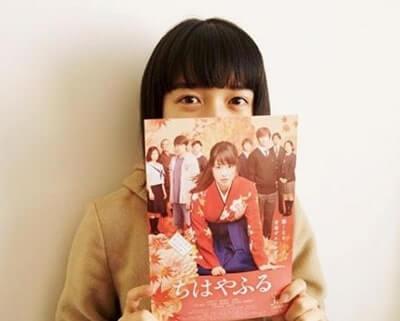 ポスターで顔を隠す女優・上白石萌音