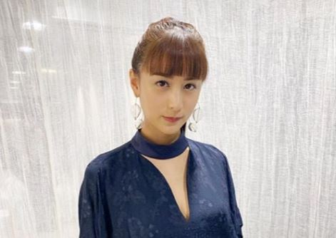 青い服を着ているモデル・山本美月