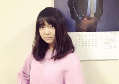 ピンクの服を着ている女優・上白石萌音
