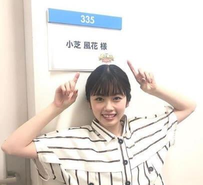 楽屋の前にいる女優・小芝風花