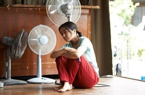 扇風機で涼む女優・上白石萌音