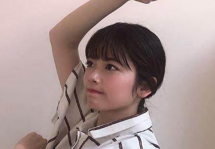 腕でQの形を作る女優・小芝風花