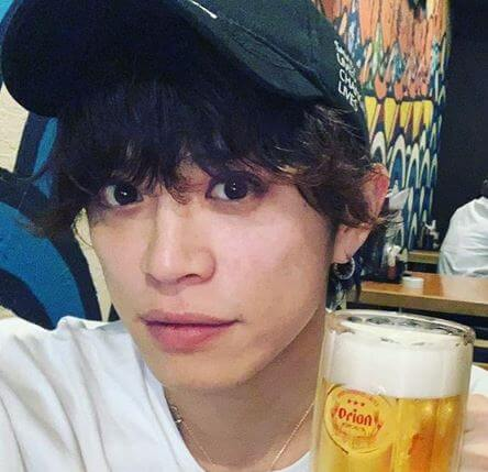 ビールを持つ俳優・山本裕典