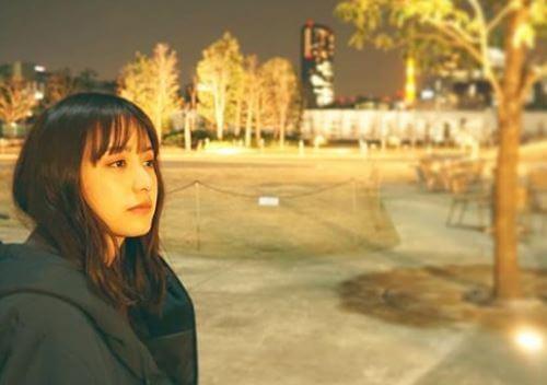 コートを着て外に出ているモデル・山本美月