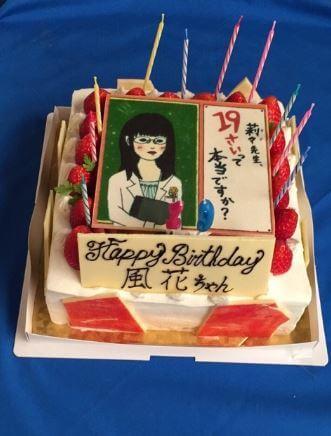 キャラクターのデザインが描かれたバースデーケーキ