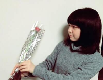 一輪の花を持つ女優・上白石萌音