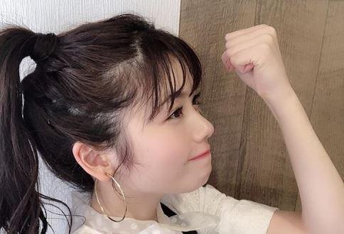 ガッツポーズする女優・小芝風花
