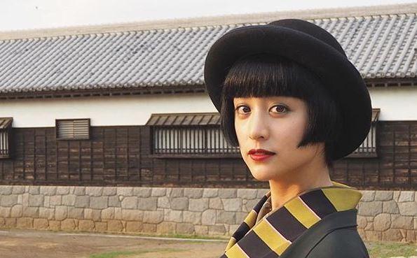 黒いハットを被るモデル・山本美月