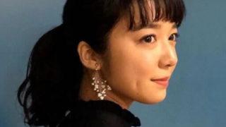 黒い服を身にまとう女優・上白石萌音