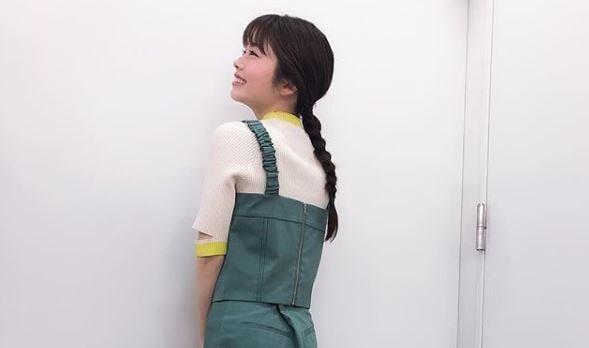 後ろを向く女優・小芝風花