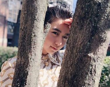木の間からこちらを覗く女優・上白石萌歌