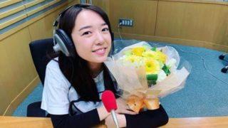ラジオスタジオにいる女優・上白石萌音