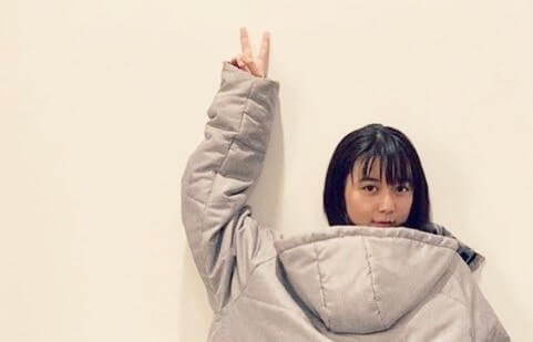 右手でピースする女優・上白石萌歌