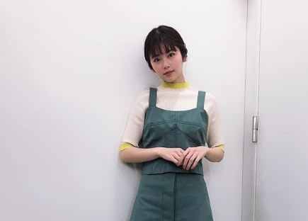 お腹の前で手を組む女優・小芝風花