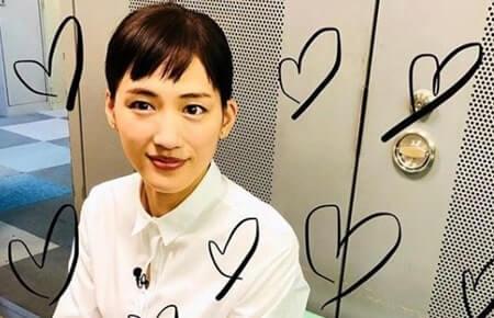 白シャツ姿の女優・綾瀬はるか