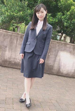 スーツ姿の女優・福原遥