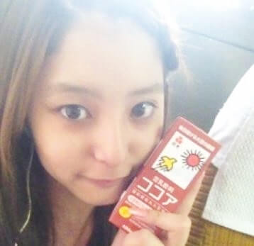 豆乳の紙パックを持つモデル・新木優子