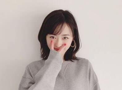 顔の前でピースする女優・福原遥