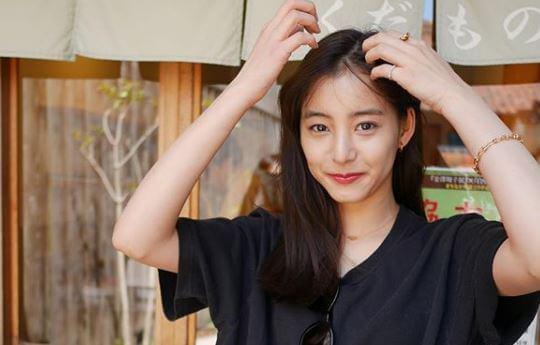 前髪を分けるモデル・新木優子