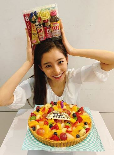 フルーツのタルトケーキを貰うモデル・新木優子
