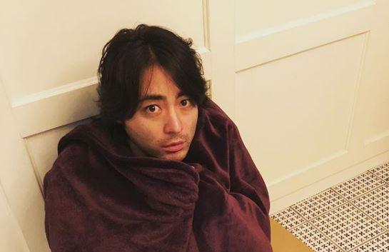 毛布で身を包む俳優・山田孝之