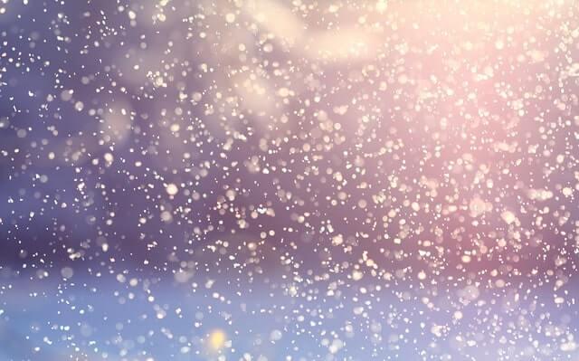 雪が降り積もる外