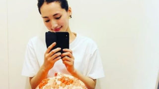 スマートフォンを触りながら寛いでいる女優・綾瀬はるか
