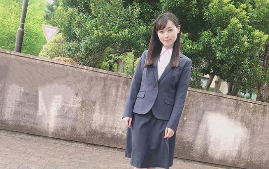 リクルートスーツ姿の女優・福原遥