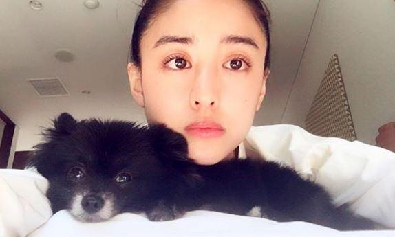 犬とベッドで寝転がるモデル・山本美月