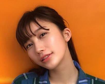 青い服をきるモデル・小倉優香