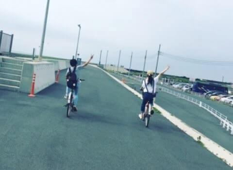 サイクリングしている男女